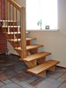 ФОТО Деревянная лестница на косоурах