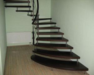 фото Деревянная лестница на больцах