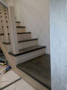 лестница на второй этаж из дерева двухцветная