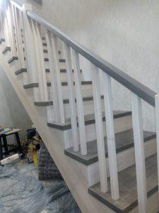 лестница на второй этаж из дерева двухцветная монтаж 1