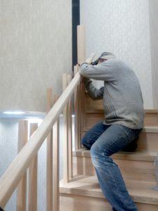 лестница на второй этаж из дерева двухцветная монтаж