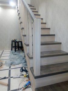 лестница на второй этаж из дерева двухцветная.1