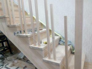монтаж ограждения деревянной лестницы