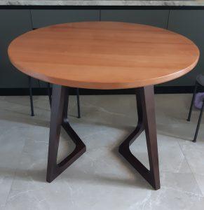 Круглый стол из дерева