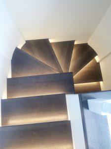 Деревянная лестница с подсветкой ольха ясень