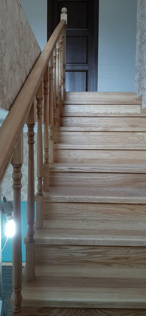 Фото Лестница на второй этаж на металлокаркасе