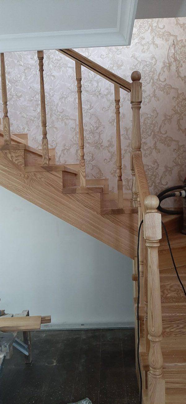 Установка деревянной лестницы в доме
